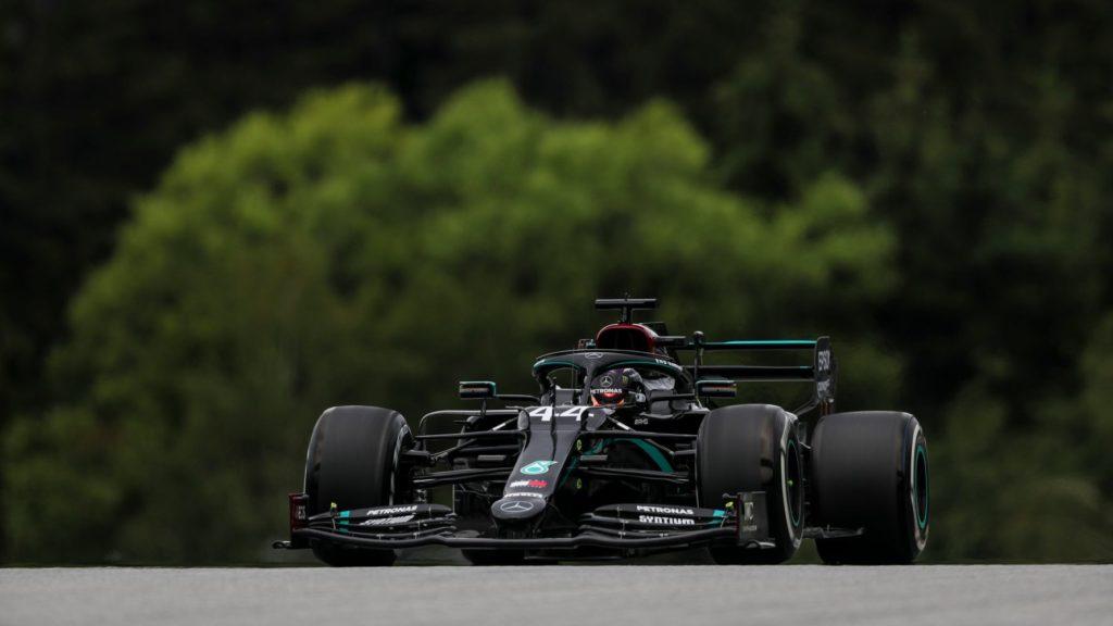 Com surpresa Rosa na pista, Hamilton lidera os treinos na volta da Fórmula 1