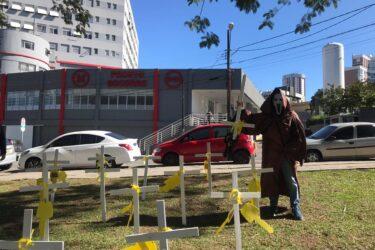 Comerciantes colocam cruzes em porta de hospital para pedir socorro