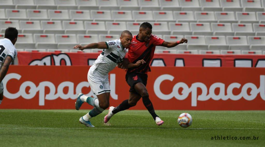 Athletico-PR faz gol no fim e leva vantagem sobre Coritba na final