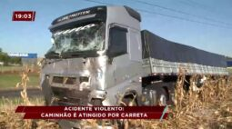 Acidente violento: caminhão é atingido por carreta