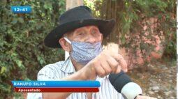 Bandido invade escola, corre atrás de pavão e foge com ave embaixo do braço