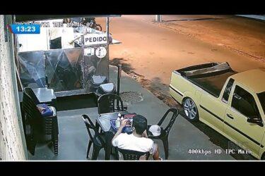 Golpe do lanche: câmera flagra cliente arrancando o cabelo e colocando no lanche