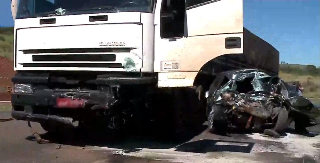 Acidente em Londrina: motorista morre após bater em caminhão na PR-445