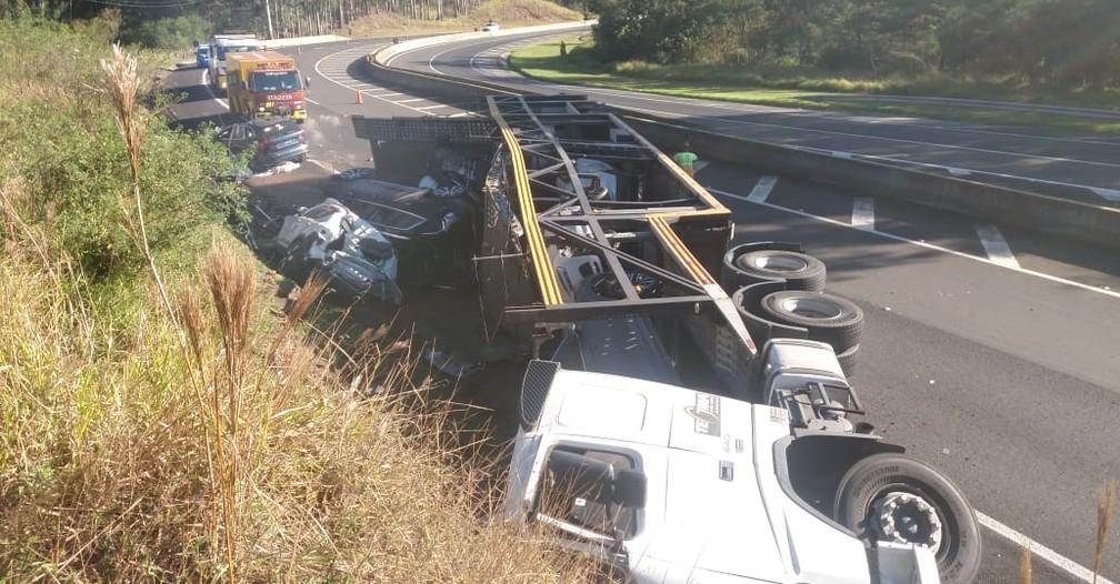 Caminhão-cegonha tomba e destrói oito veículos de luxo na BR-376