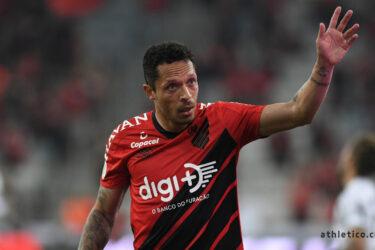 Athletico rescinde contrato do lateral Adriano