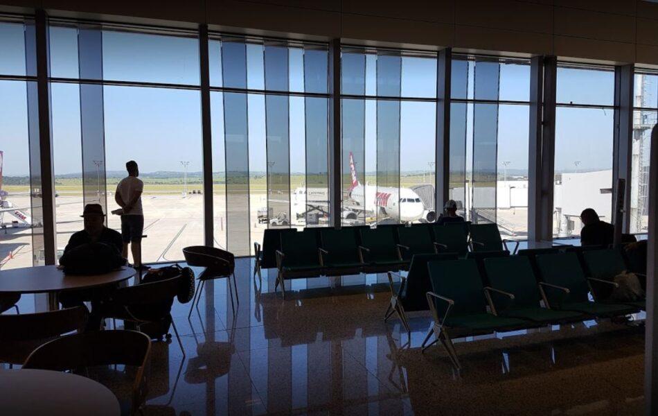 """Mulher é detida após chamar vendedora de """"macaca"""" em aeroporto"""
