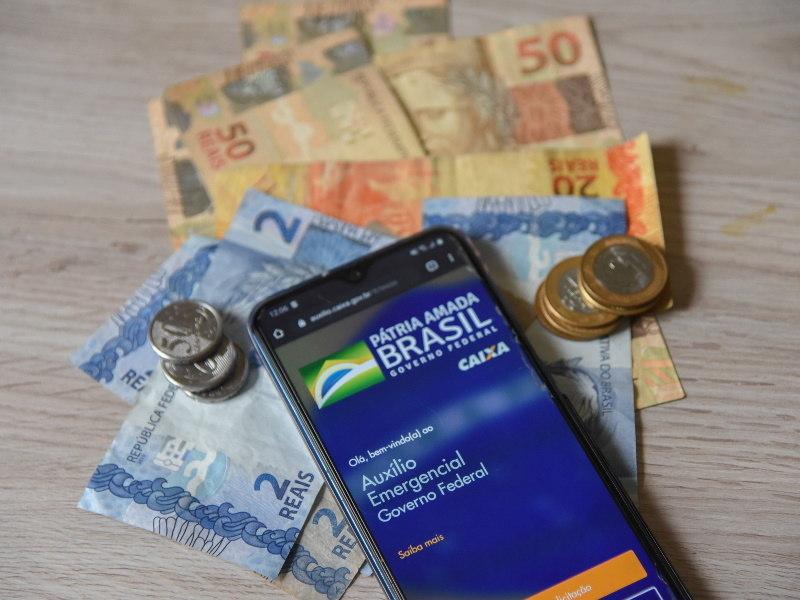 Bolsonaro vai prorrogar auxílio emergencial na terça-feira