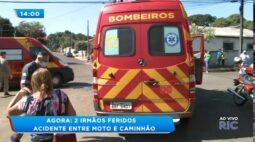 Dois irmãos ficam feridos em acidente entre moto e caminhão