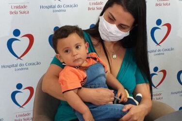 Bebê salvo por policiais recebe alta do hospital em Londrina