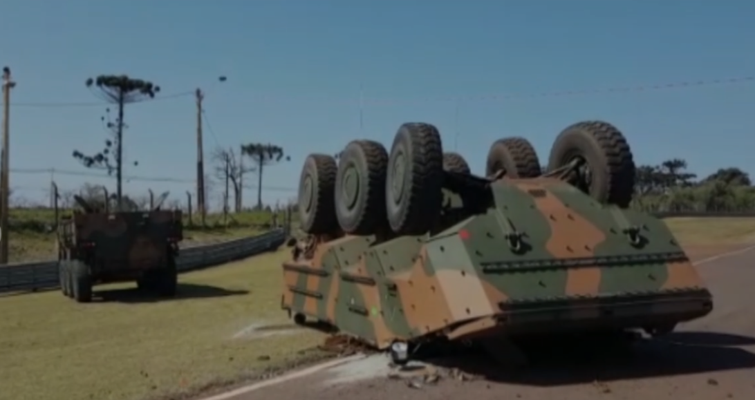 Militares ficam feridos após blindado do exército tombar no autódromo de Cascavel