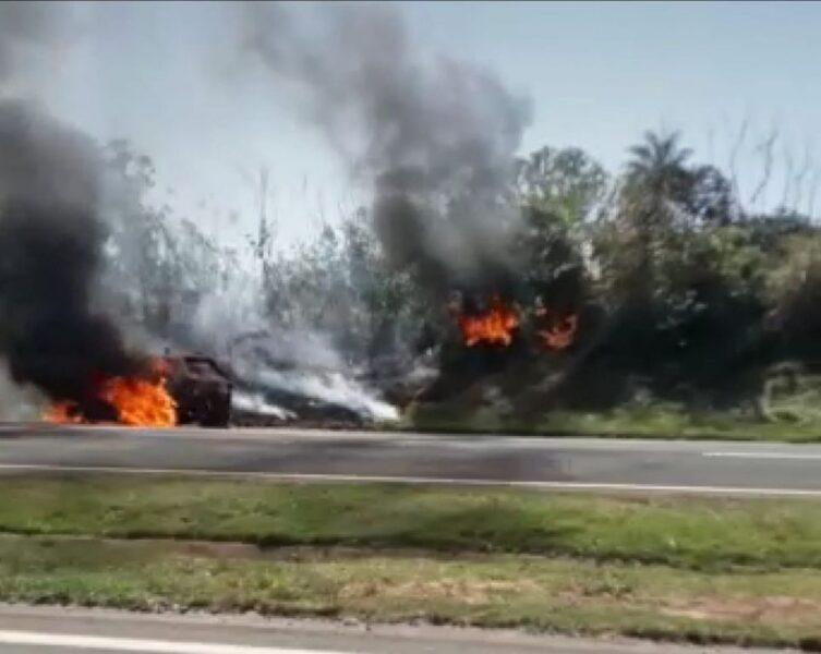 Carro pega fogo e chamas se alastram pelo canteiro da BR-376, próximo a Alto Paraná