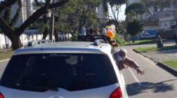 """Chárreata reúne mais de 80 carros em Curitiba e mãe comemora: """"buzina emitiu amor"""""""