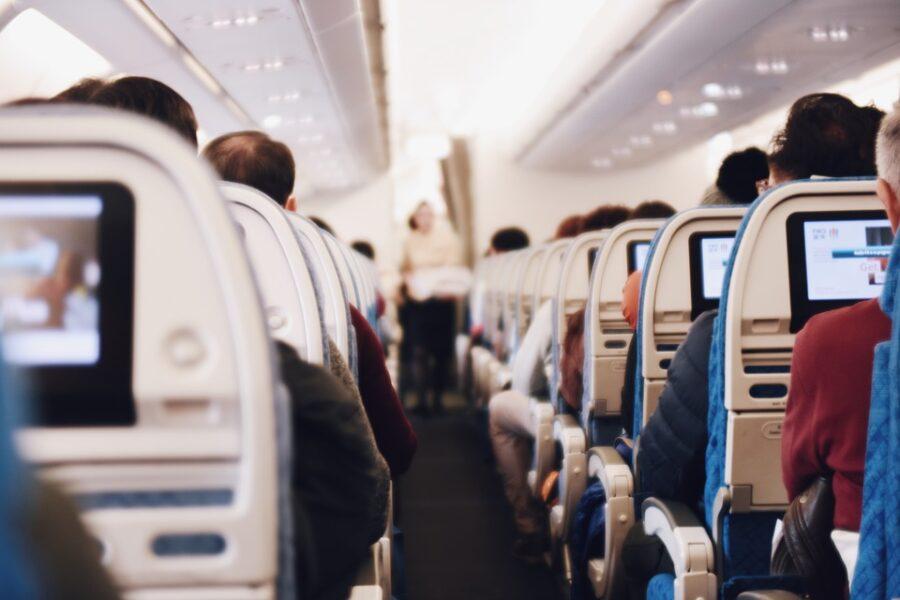 Mulher testa positivo para coronavírus após usar banheiro de avião, aponta pesquisa
