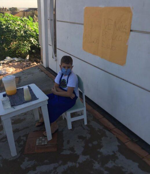 Criança vende suco para ajudar no combate ao coronavírus
