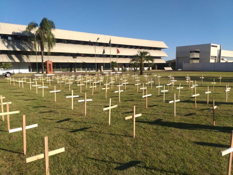Cruzes são fixadas na Prefeitura de Londrina para lembrar as vítimas do coronavírus