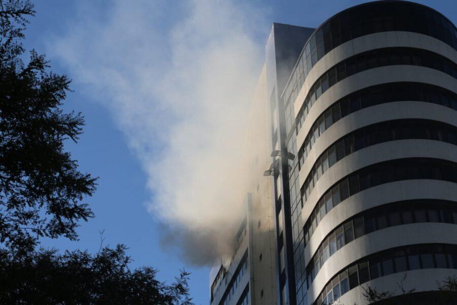 Incêndio atinge 15º andar de prédio no bairro Água Verde, em Curitiba