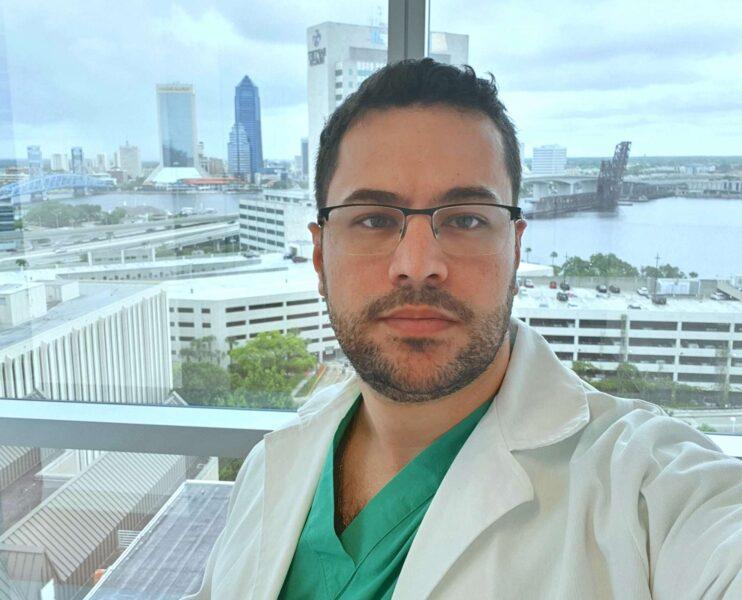 """""""Peguei essa doença fazendo o que amo"""", escreveu médico de 32 anos que morreu de Covid-19 no Paraná"""