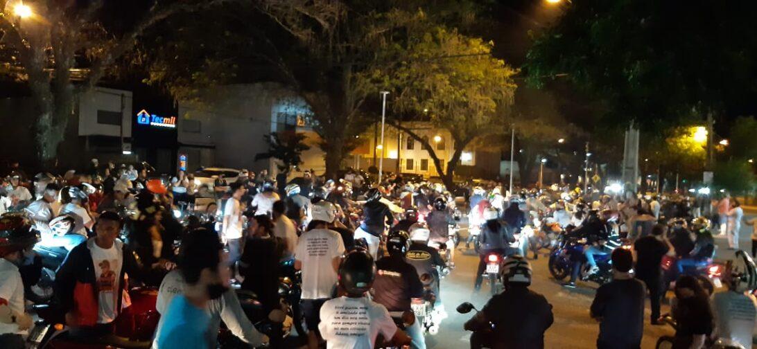 Família de motociclista morto em acidente na Av. Gastão Vidigal faz protesto em Maringá