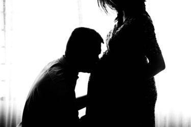 """Mulher desabafa após descobrir que marido a traia com a melhor amiga: """"perdeu o nascimento do nosso bebê"""""""