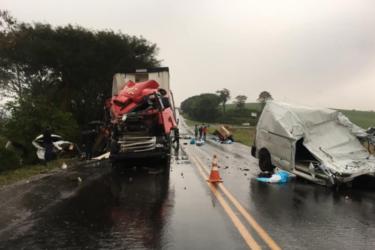 Grave acidente deixa dois mortos na PR-182, em Ampére