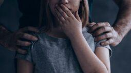 Mãe e padrasto presos por estuprar filha são indiciados por pornografia infantil, em Ponta Grossa