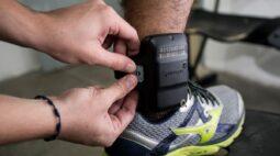 """""""Foi a melhor coisa na vida"""", diz rapaz que se recusa a retirar tornozeleira"""