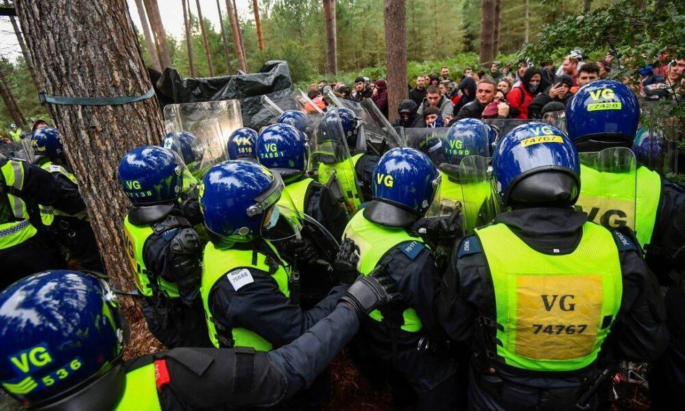 """Polícia interrompe rave ilegal em floresta e participantes repudiam: """"Viemos aqui para socializar"""""""
