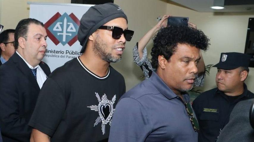 Ronaldinho Gaúcho desembarca no Rio de Janeiro após liberação no Paraguai