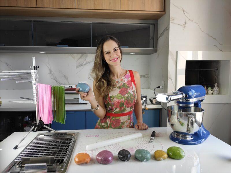 Empreendedora cria macarrão caseiro colorido para superar a crise