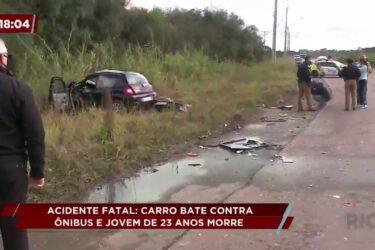 Carro bate contra ônibus e jovem de 23 anos morre