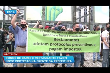 Donos de bares e restaurantes fazem protesto na frente da Prefeitura de Curitiba