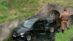 Motorista fica ferida após carro ser atingido por trem e cair dentro de córrego, em Curitiba