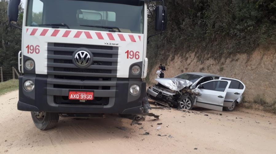 Quatro ficam feridos em acidente entre caminhão de lixo e carro, em São José dos Pinhais