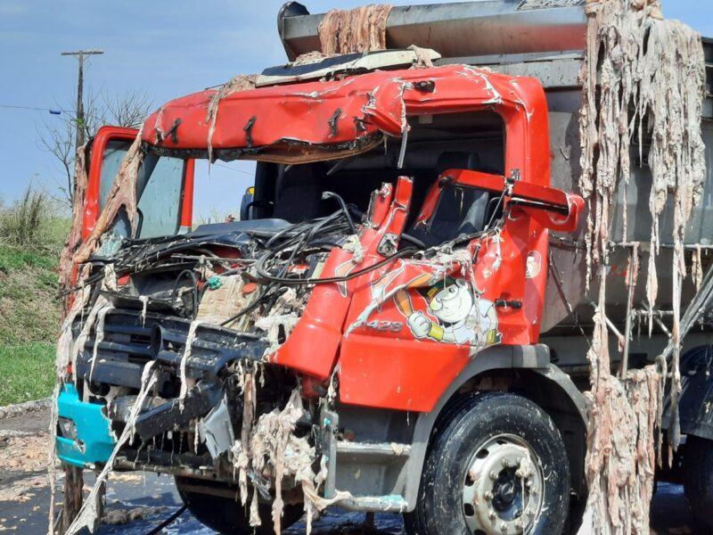 Acidente grave envolve dois caminhões em trevo de Porecatu