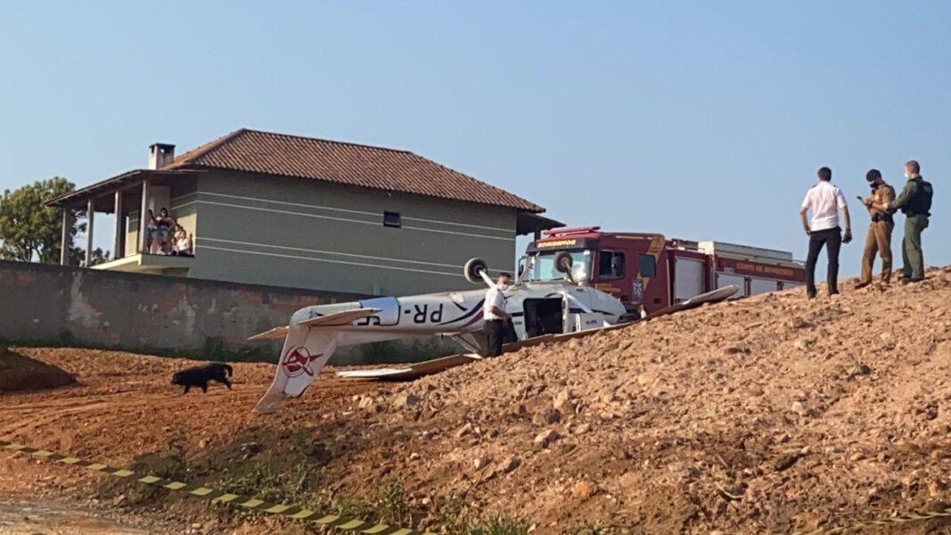 Avião tomba após fazer pouso forçado em Colombo, na Grande Curitiba