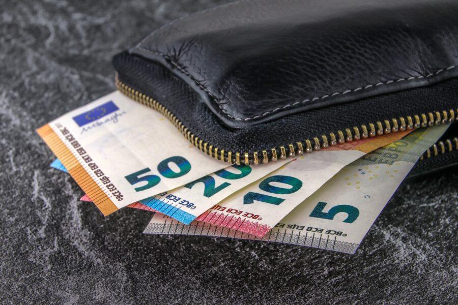 Curitibana encontra boleto com dinheiro, paga conta e localiza dono para entregar troco