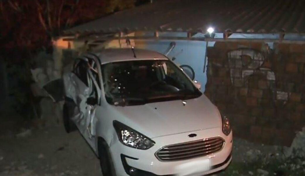Carro atingido por trem é arremessado contra residência no bairro Cajuru