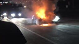 Vídeo: carro de luxo pega fogo a 240 km/h; freios não funcionaram
