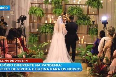 Casamento drive-in na pandemia: buffet de pipoca e buzina para os noivos