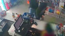 Cliente bate em criminoso e impede assalto em loja de São José dos Pinhais; assista!