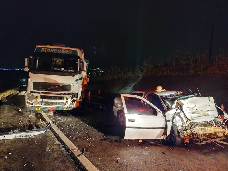 Casal morre após colidir contra carreta na PR-444