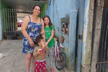 Menina de 12 anos percorre quase 20km de bicicleta para comprar cachorro pra mãe
