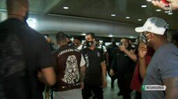 Corinthians é recebido com protesto e tumulto após desembarque em São Paulo