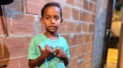 Criança de 7 morre após ser atingida por um poste enquanto assistia jogo de futebol