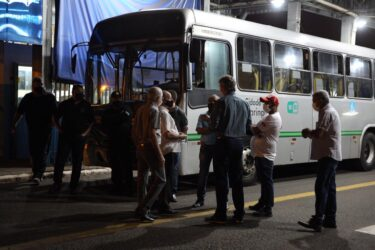 Greve do transporte coletivo chega ao segundo dia em Maringá e sindicato marca reunião com empresas