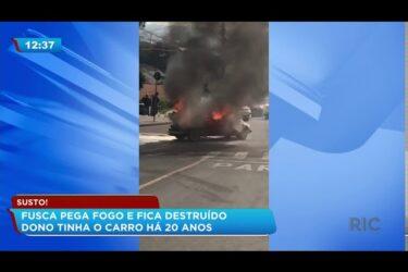 Fusca pega fogo e fica destruído; dono tinha carro há 20 anos