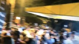Jovens fazem aglomeração em frente de bar e fecham passagem de avenida em Maringá