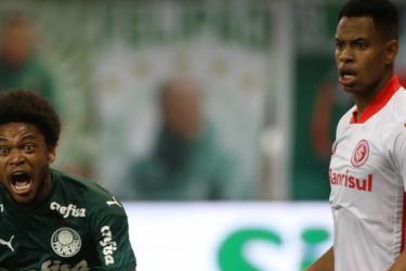 """Volante do Inter discute com palmeirense Luiz Adriano e diz: """"Honra tua cor!"""""""