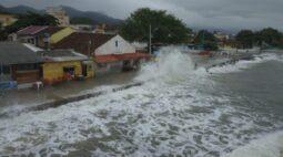 Litoral do Paraná pode ter ressaca com ondas de até  3 metros nos próximos dias