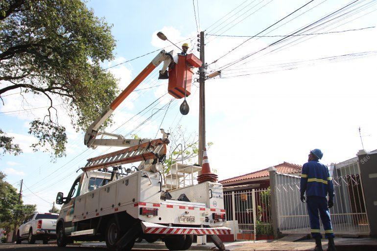 Manutenção da iluminação em Londrina tem sido prejudicada por carros em frente a postes